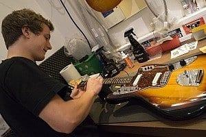 Michael beim Gitarrencheck
