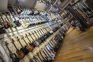 Gitarrenwand im Thomann-Shop