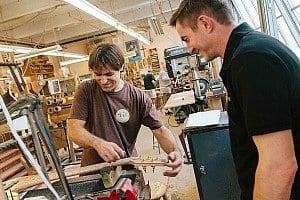 Rudi von der Thomann-Gitarrenwerkstatt in der Fodera-Werkstatt